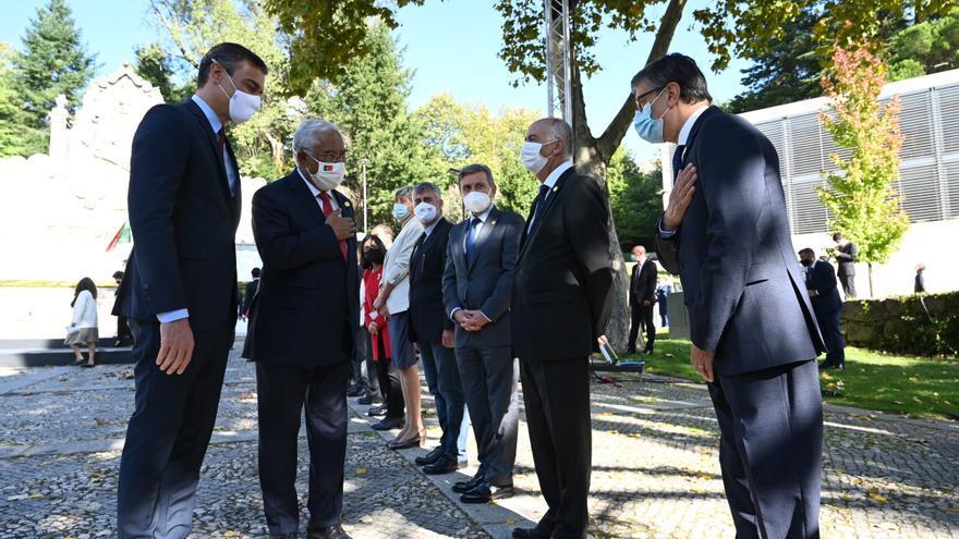 El presidente del Gobierno, Pedro Sánchez (d), y el primer ministro de Portugal, Antonio Costa, saludan a los miembros de sus gobierno