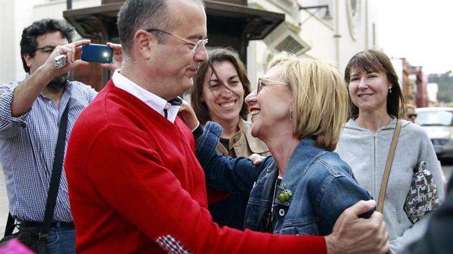 La líder de UPyD, Rosa Díez, con el candidato a Santa Cruz, Miguel Ángel González Suárez, en su estancia en Tenerife.