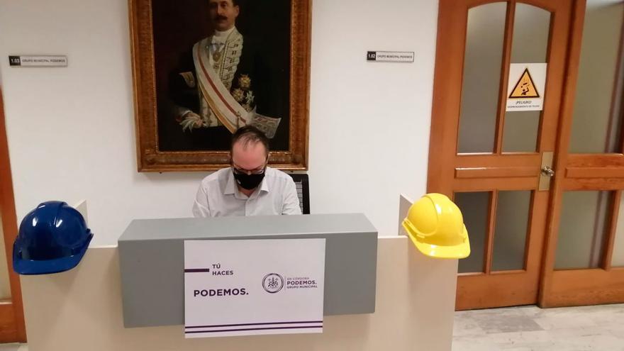 El concejal de Podemos, Juan Alcántara, en su mesa de trabajo en el pasillo del Ayuntamiento.