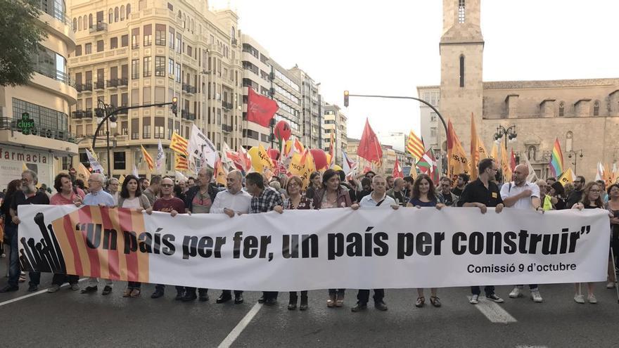 Cabecera de la manifestación organizada por la Comissió 9 d'Octubre en Valencia.
