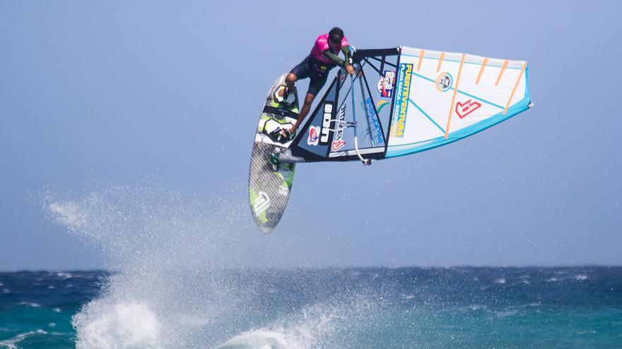 Un windsurfista participando en una anterior edición del Mundial