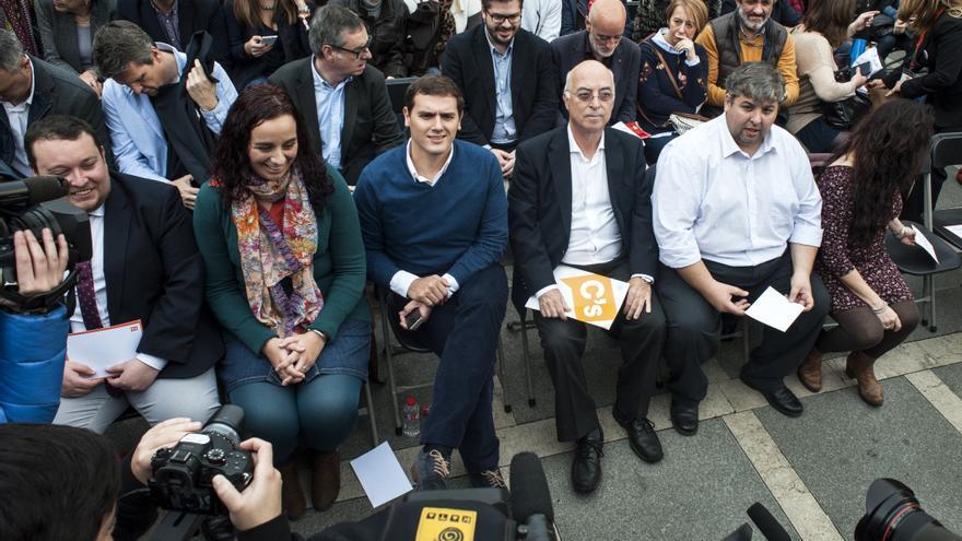 Albert Rivera con los miembros de la candidatura de Ciudadanos en Cantabria.   JOAQUÍN GÓMEZ SASTRE