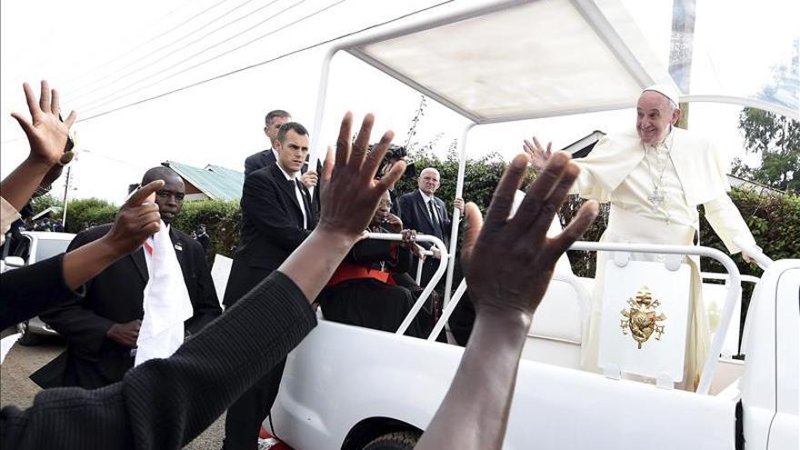 El papa Francisco llega a Uganda, segunda etapa de su viaje por África