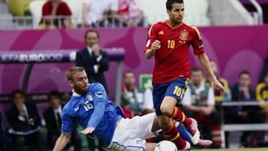 Cesc salva una entrada de De Rossi, en el partido de la fase de grupos. (Europa Press)