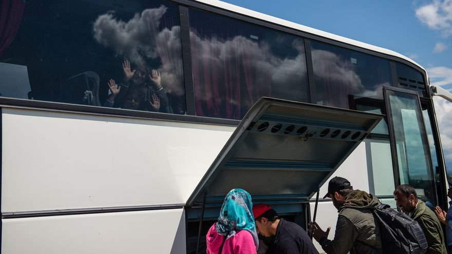 Autobuses llevándose a refugiados a campos de detención