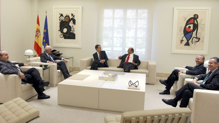 José Luis Rodríguez Zapatero con Pedro Solbes, Francisco González, Emilio Botín, Miguel Blesa e Isidre Fainé | EFE