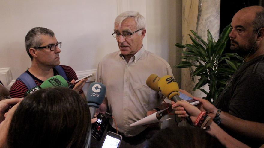 Joan Ribó atiende a los periodistas.