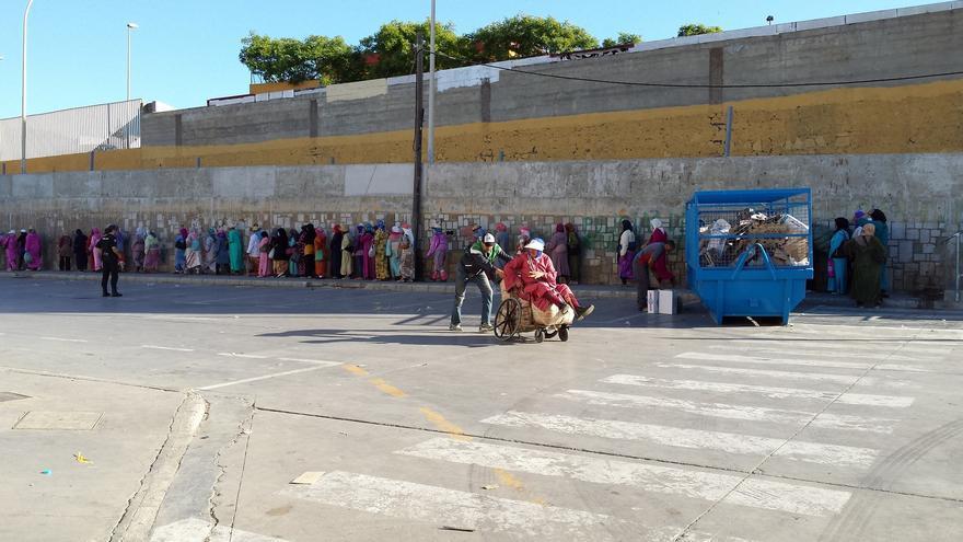 Decenas de porteadoras esperan en fila para entrar al polígono de El Tarajal