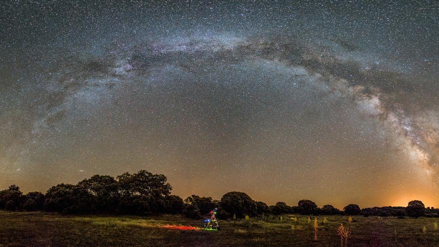 Panorámica de la Via Láctea compuesta por 18 fotos diferentes. Tomada con una cámara Canon 6D y un objetivo 24-70 mm