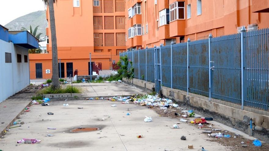 La basura se acumula en cualquier rincón del barrio. FOTO: Iago Otero Paz.