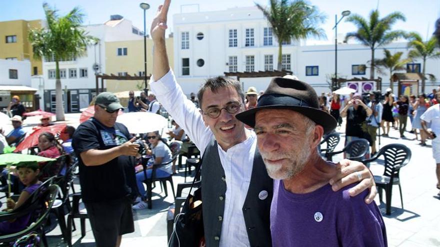 El cofundador de Podemos, Juan Carlos Monedero (i), y el candidato al Senado por Fuerteventura, Rafael Rodríguez Marrero (d)