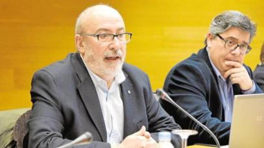 El conseller de Transparencia, Manuel Alcaraz, (izquierda), en las Corts Valencianes.