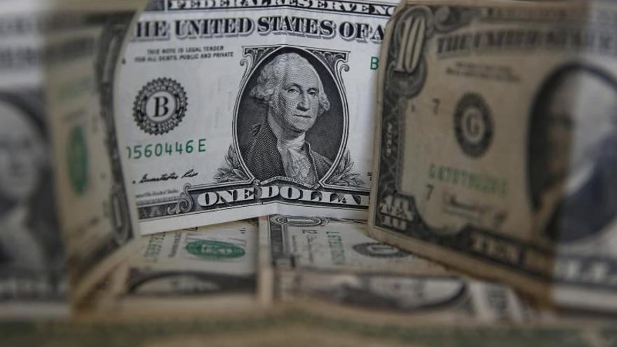 Imagen de archivo de billetes de dólar.