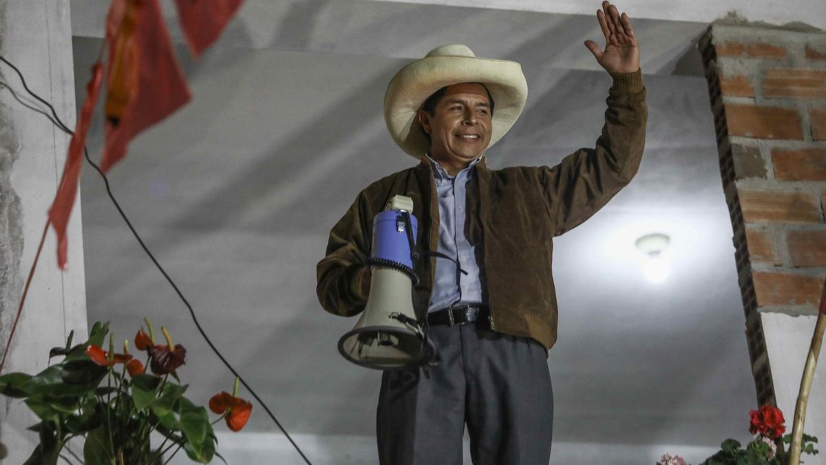El candidato presidencial, Pedro Castillo, se dirige a sus simpatizantes el 6 de junio de 2021, en Tacabamba (Perú).