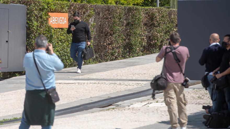 Una persona sale del la sede de Abegoa de Sevilla, donde agentes de la Guardia Civil han realizado un registro