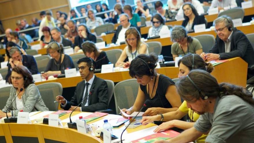 Pablo Iglesias, Lola Sánchez y Teresa Rodríguez en una reunión del Grupo Confederal del la Izquierda Europea / Foto: GUE