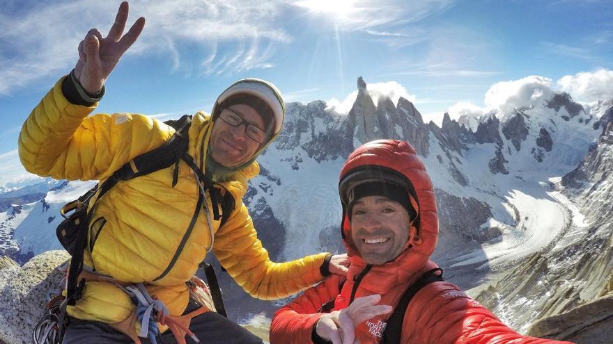 En la cima, con el Cerro Torre detrás (© Hermanos Pou).
