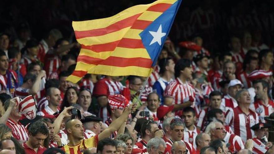 Un aficionado del Athletic de Bilbao con una bandera estelada de Catalunya en la final de Copa del 2015