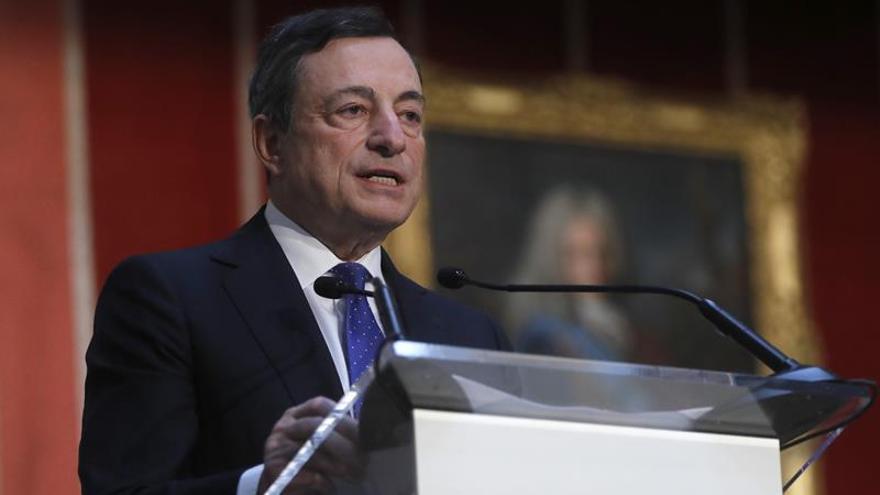 Draghi advierte de debilidad de la eurozona a cambios políticos y monetarios