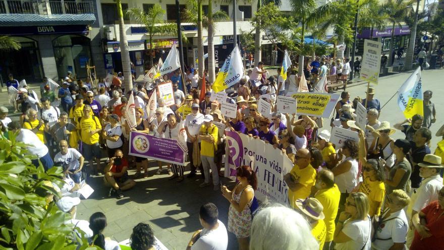 Cabecera de la protesta de esta tarde en Los Cristianos, en defensa de las reivindicaciones de las Kellys