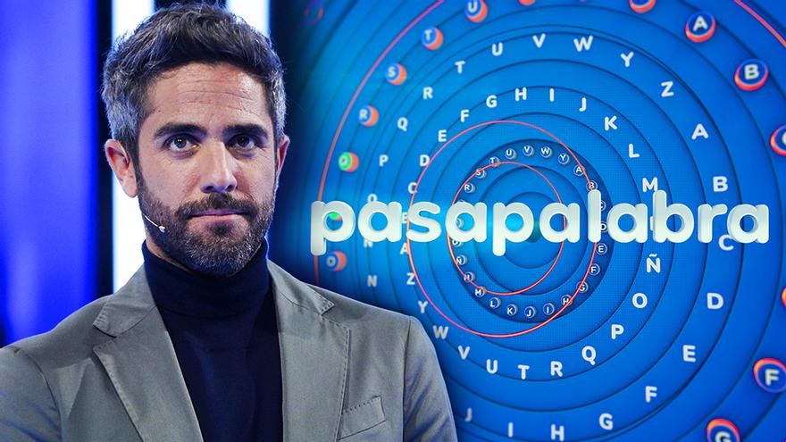 Roberto Leal con el nuevo logo de 'Pasapalabra'