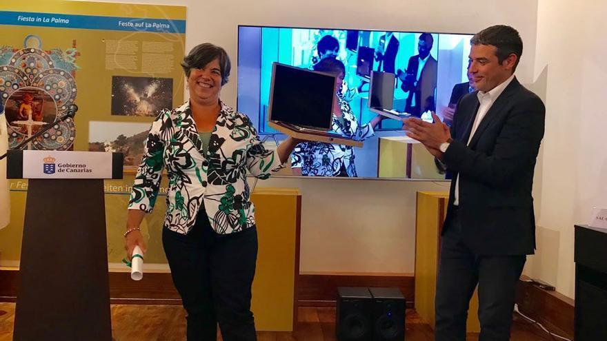 Eufrosina Pérez y Narvay Quintero en la entrega del premio.