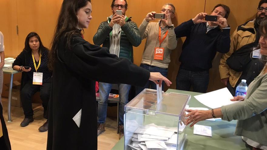 Laura Sancho cede su voto a Carles Puigdemont
