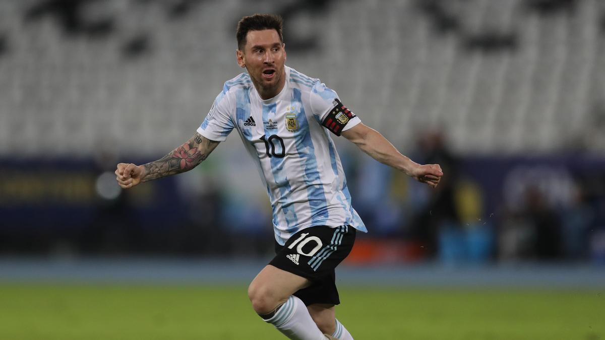 La Selección dejó atrás una era de cracks -perseguidos por una nube de lluvia- y comenzó a nutrirse de futbolistas más terrenales que acompañan a Lionel Messi.
