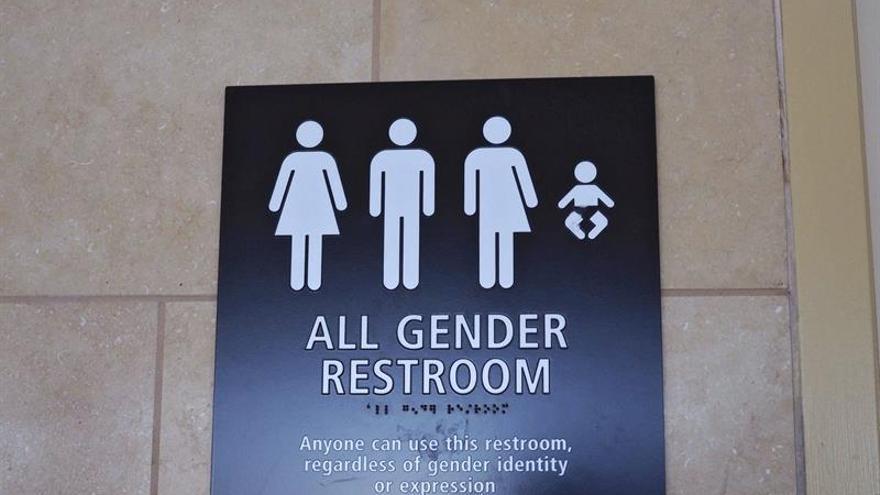 EEUU exigirá a las escuelas que los alumnos transexuales usen los baños que prefieran