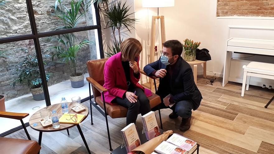 El vicepresidente de la Generalitat en funciones y candidato de ERC a la Presidencia, Pere Aragonès, conversa con la expresidenta del Parlament Carme Forcadell.