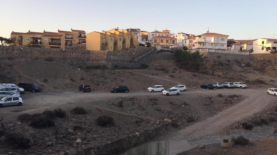 """Suelo propiedad de Luis Oller en la zona conocida como Loma Dos junto a las escaleras que """"aislan a los vecinos""""."""