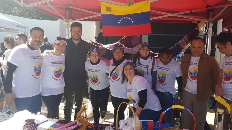 Miembros de la Asociación Venezolano-Canaria Salto del Ángel con el alcalde de Barlovento, Jacob Qadri (tercero por la izquierda).