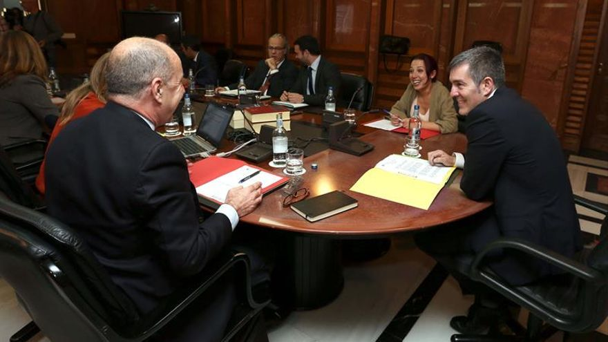 El presidente del Gobierno de Canarias, Fernando Clavijo (d); la vicepresidenta, Patricia Hernández (2d); y el consejero de Economía, Pedro Ortega (i), durante la reunión del Consejo de Gobierno.