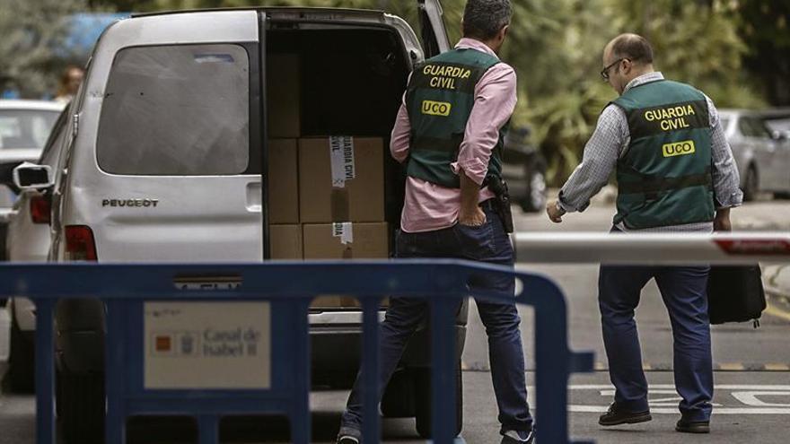 Agentes de la UCO participan en un registro de una operación contra la corrupción