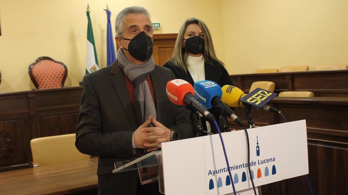 Juan Pérez y Carmen Gallardo informan de la situación sanitaria en Lucena.