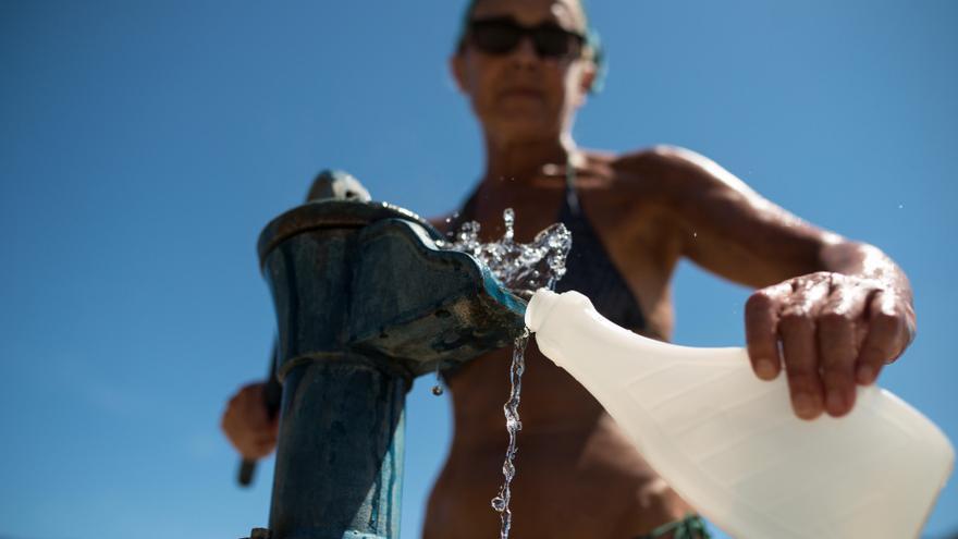 Un hombre se refresca en un día de mucho calor.