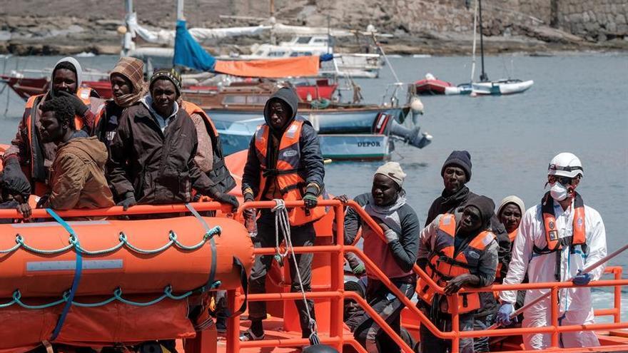 Los ocupantes de una de las dos pateras rescatadas este martes en aguas de Canarias por la Salvamar Menkalinan llegan al puerto de Arguineguín