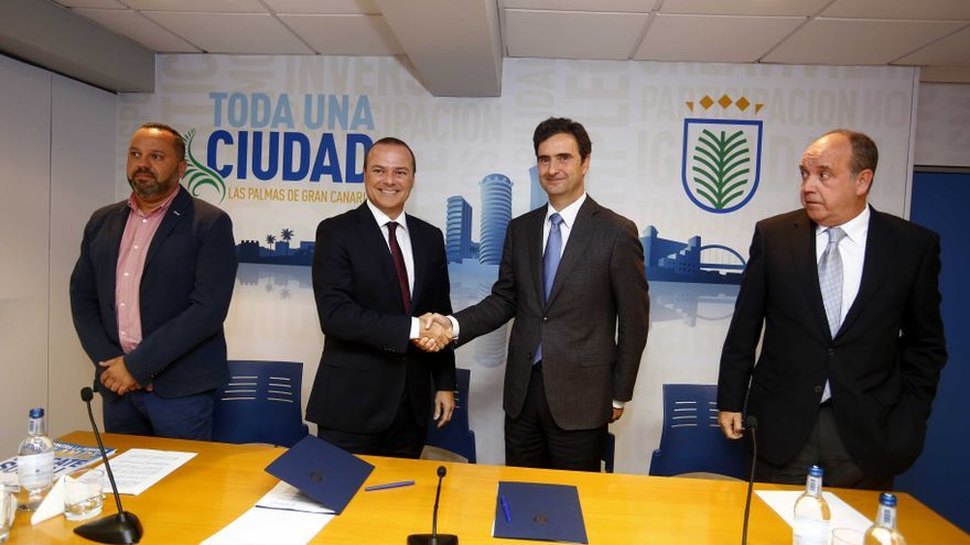 El alcalde de Las Palmas de Gran Canaria, Augusto Hidalgo, estrecha la mano del director de Endesa en Canarias, Pablo Casado.