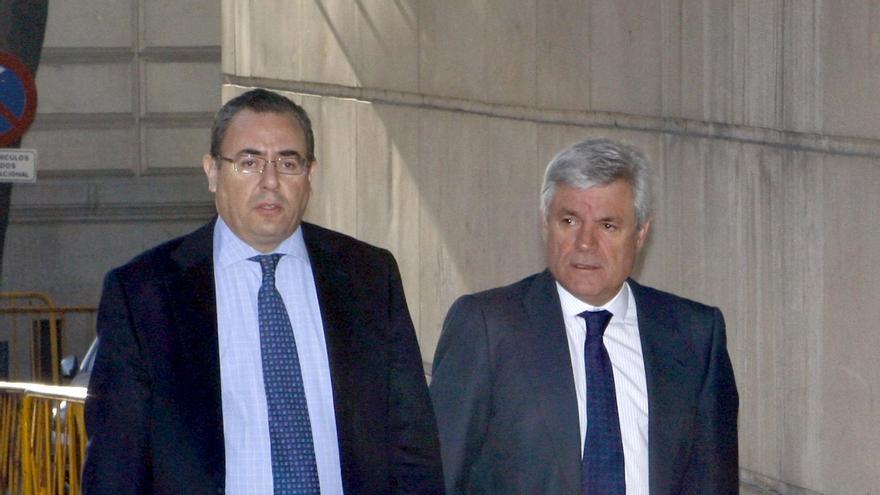 """ESPAÑA-CORRUPCIÓN-INVESTIGACIÓN:MD42. MADRID, 18/02/09.- Ramón Blanco Balín (d), ex consejero delegado de Repsol YPF e imputado en la llamada """"operación Gürtel"""", acompañado por su abogado, a su llegada a la Audiencia Nacional donde declarará ante el juez Baltasar Garzón. EFE/Sergio Barrenechea"""