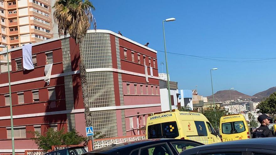 Servicios sanitarios y Policía Nacional en el barrio de Escaleritas de Las Palmas de Gran Canaria, donde una pareja ha subido a la azotea de un edificio.