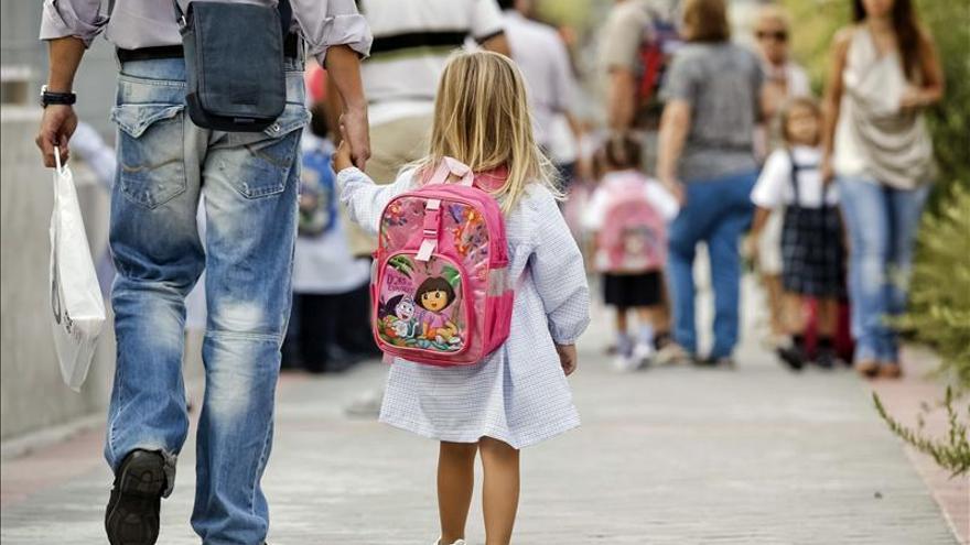 Niña camina hacia el colegio