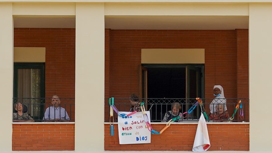 """Un cartel en la residencia de ancianos de San Juan de Dios donde pone """"Todo va a salir bien con la ayuda de Dios"""" después de que la Junta de Andalucía permita visitar durante una hora a mayores en residencias. Sevilla a 02 de mayo del 2020"""