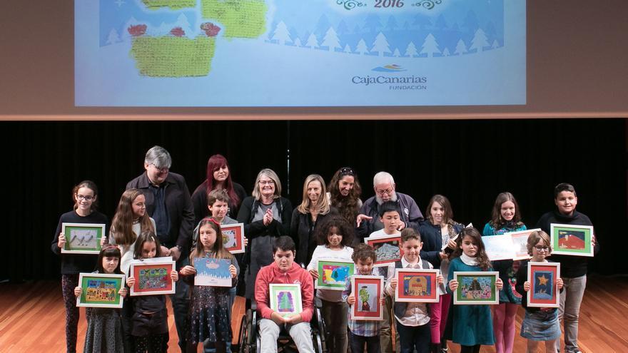 Los niños ganadores posan con sus tarjetas de Navidad premiadas