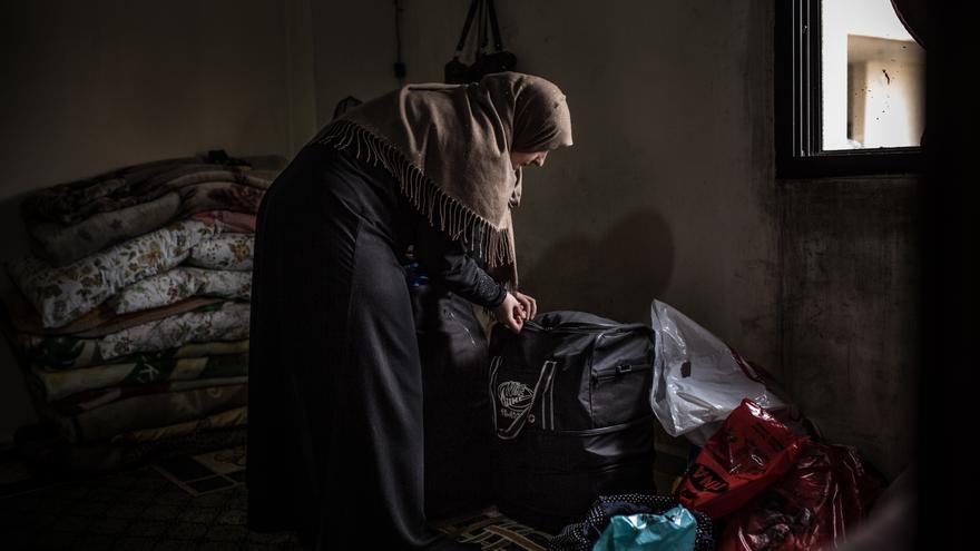 Foto: Susan cierra la maleta antes de marchar hacia Fogia, Italia. Susan y su esposo Ayman junto a sus sus 3 hijos huyeron de su ciudad en Siria, Zabadani, huyendo de la guerra buscaron refugio en el Valle del Bekaa, Líbano. Su hijo mayor, Ahmad, de 16 años, tiene una distrofia muscular severa y necesita cuidados médicos especiales que en Líbano son imposibles de asumir.