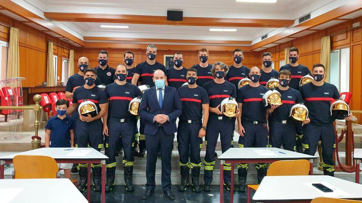Foto de familia de los 15 nuevos bomberos en el Ayuntamiento.