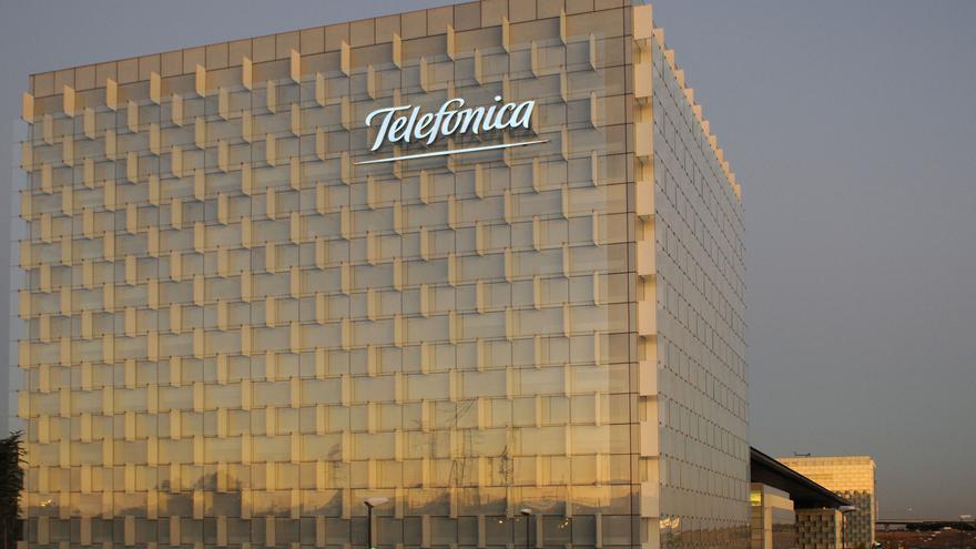 Telefónica vende el 1,979% de su capital en autocartera por 975 millones para reducir deuda