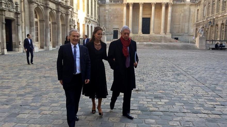 Mario Vargas Llosa con Isabel Preisler en París