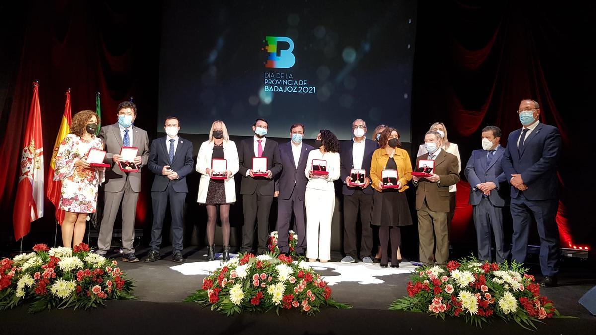 Premiados con las Medallas de la Provincia acompañados por representantes políticos e institucionales