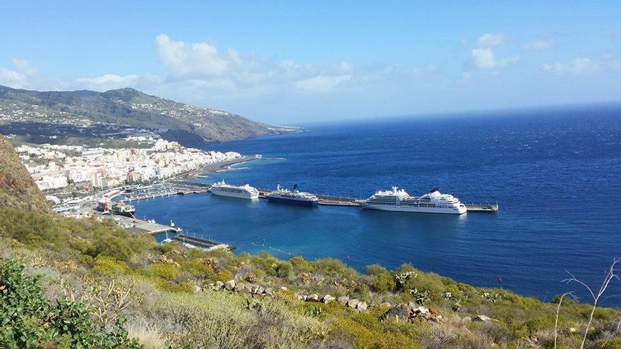 En la imagen, panorámica del Puerto de Santa Cruz de La Palma, este domingo, con tres buques de cruceros. Foto: FELIPE PINO PÉREZ.
