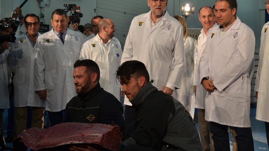 Rajoy, durante el despiece de un atún   N.C.